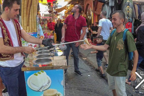 Consiguiendo coger nuestro helado turco de la manera más divertida en el Mercado de las Especias