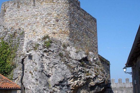 El Castillo del Rey situado sobre una roca Fuente-Zarateman