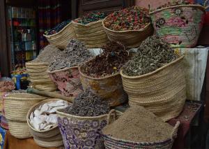El cariño con el que exponen sus productos las tiendas más humildes y familiares del Bazar de las Especias nos enamoró