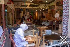 El olor que inunda los restaurantes, a pan recién hecho te obligará a entrar para disfrutar de su gastronomía