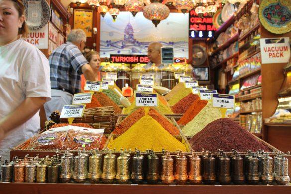 En muchos de los puestos del Gran Bazar de Estambul te hacen el mix de especias molidas en el acto