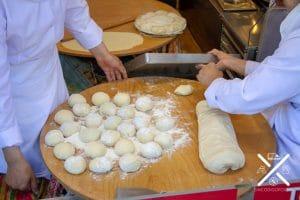 En muchos restaurantes puedes ver como elaboran el pan que te pondrán en la mesa
