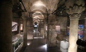 Encontrarse esta cisterna, con estas maravillosas columnas en el sótano de una tienda de alfombras es increíble