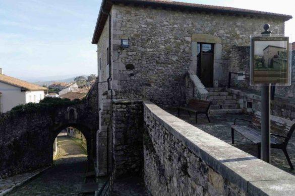 Entrada a la Torre del Preboste en San Vicente de la Barquera