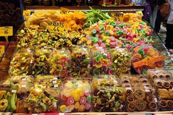 La fruta escarchada también llena de colores los pasillos del Gran Bazar de Estambul