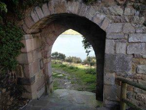 La puerta de la muralla que conduce a la ría