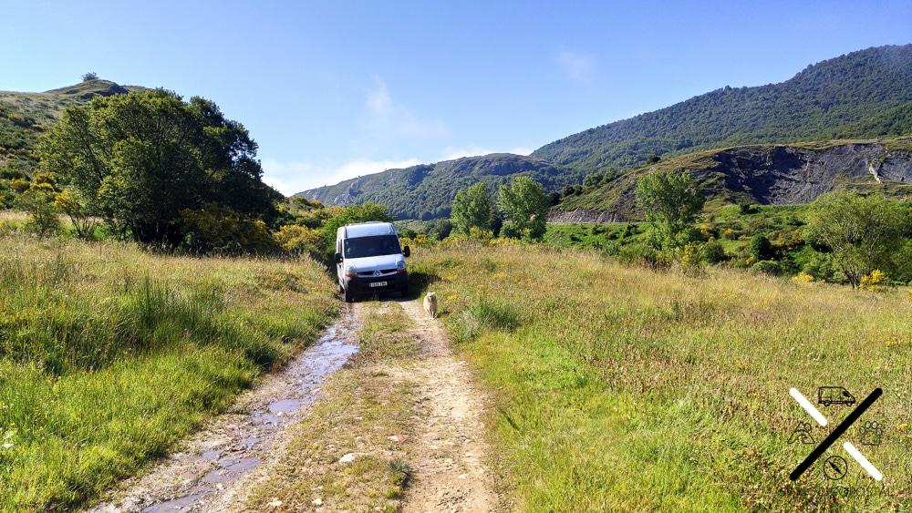 Recorriendo el precioso paisaje que transcurre hasta el inicio de la ruta