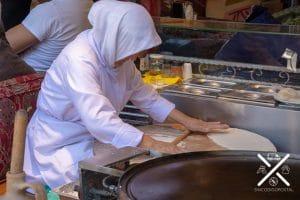 Trabajan la masa del pan de estilo Pide con una gran destreza