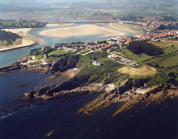 Vista aérea Faro Punta de Silla en San Vicente de la Barquera