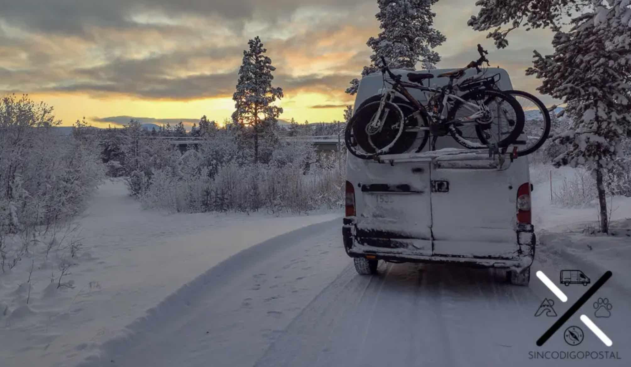 Nuestro portabicicletas atornillado a nuestra furgoneta camper en Tromso (Noruega)