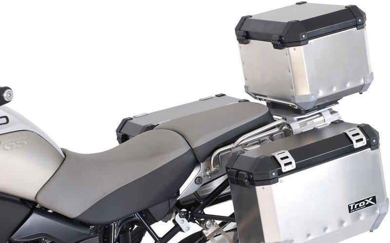 Moto con alforjas metálicas