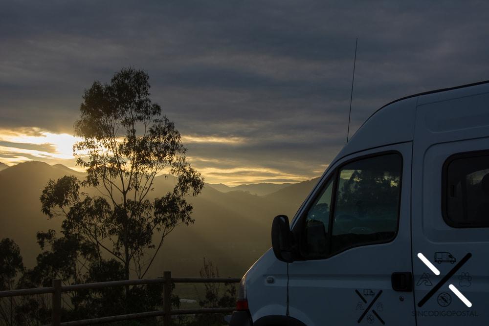 Los atardeceres antes de pernoctar con tu furgoneta camper, autocaravana o caravana es de las cosas que más nos gustan de viajar en furgo