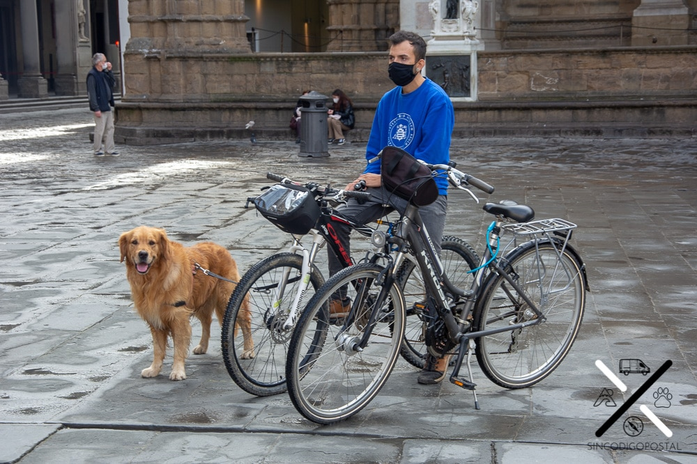 Florencia en bicicleta y con perro