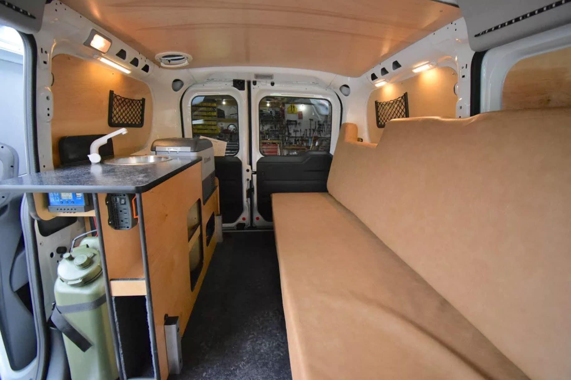 Grifo y depósito en Mini Camper (Cascade Camper)