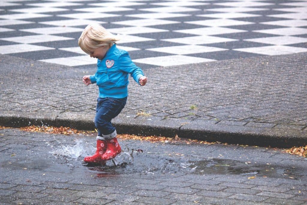 Los niños disfrutan de esas pequeñas cosas que nosotros ya hemos olvidado