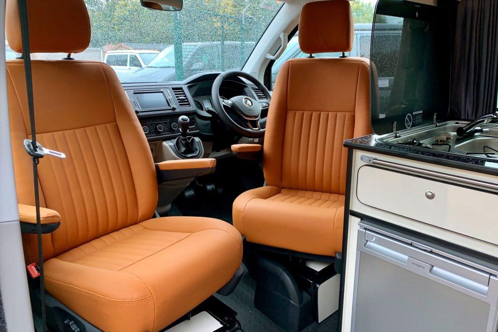 Es las autocaravanas suelen tener dos asientos delanteros individuales
