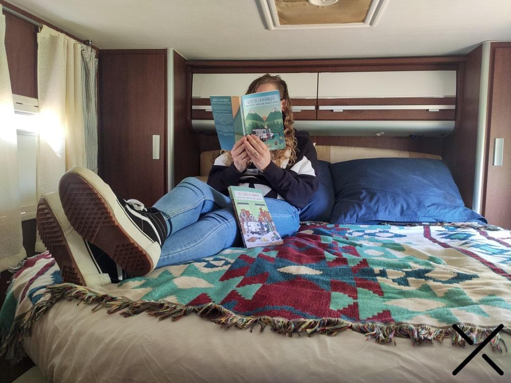 Rocío encima de la cama de espuma, leyendo nuestro libro :)