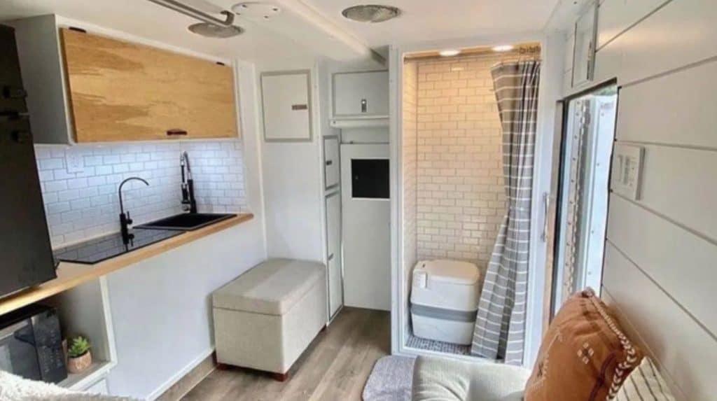 Baño fijo interior furgoneta camper